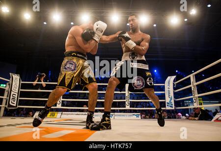 Ludwigshafen, Allemagne. Mar 11, 2017. Jack Culcay (Allemagne, l) et Demetrius Andrade (US) le monde des poids moyens Banque D'Images
