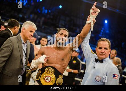 Ludwigshafen, Allemagne. Mar 11, 2017. Demetrius Andrade célèbre sa victoire et titre de champion du monde après Banque D'Images