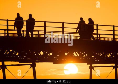 Pier Sunset, Southport, Merseyside. Météo britannique. 12 mars 2017. Les touristes à la station balnéaire de Southport Banque D'Images