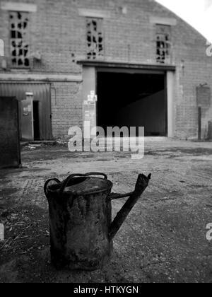 Arrosoir rouillée dans usine abandonnée UK Banque D'Images