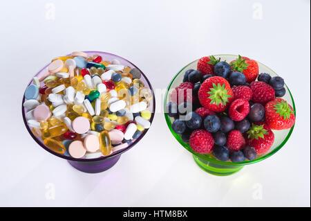Mode de vie sain, l'alimentation, fruits et concept de pilules, des suppléments de vitamine D sur fond blanc Banque D'Images