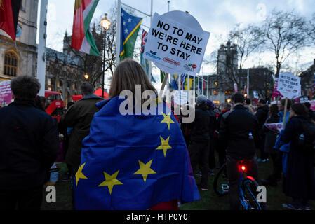 Londres, Royaume-Uni. 13 mars 2017. Les manifestants se rassemblent dans la place du Parlement solidarité avec les migrants de l'UE et de défendre leurs droits de rester comme les députés discutent le moment de déclenchement Brexit dans les chambres du Parlement. Crédit: Stephen Chung / Alamy Live News