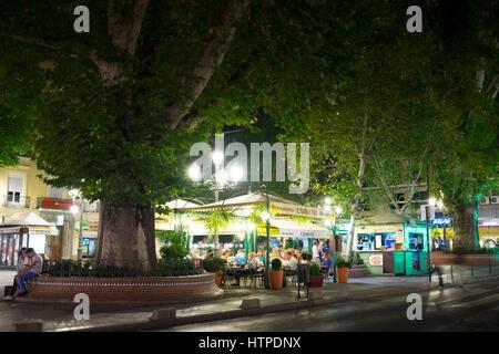 Les diners le soir dans un restaurant de la rue dans la Piazza del Campillo Bajo à Grenade Espagne Banque D'Images