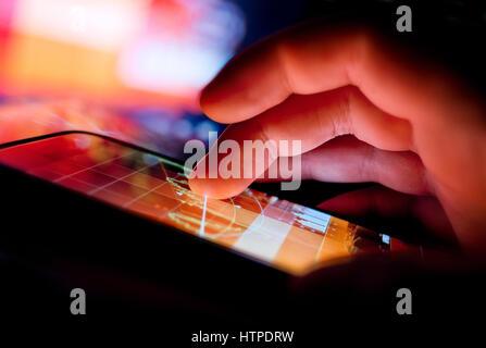 Une personne utilisant un appareil portable pour afficher des données commerciales. Concept de la technologie mobile.