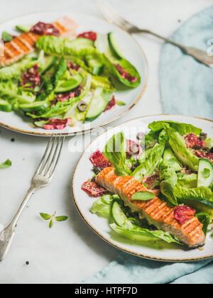 L'énergie saine stimuler salade de printemps avec du saumon grillé, d'orange sanguine, olives, concombre et le quinoa Banque D'Images
