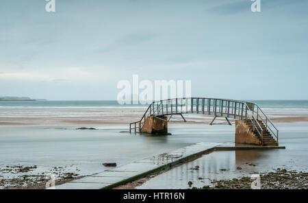 Passerelle à marée basse seulement appelée Bridge à Nulle Part, entourée d'eau à marée haute, Belhaven Bay, Dunbar, Banque D'Images