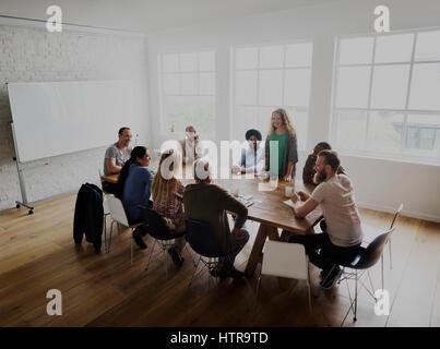 Diverses personnes d'équipe sur table de réunion Banque D'Images