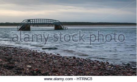 Passerelle praticable uniquement à marée basse, appelée pont vers nulle part, entouré par l'eau de marée haute, Banque D'Images