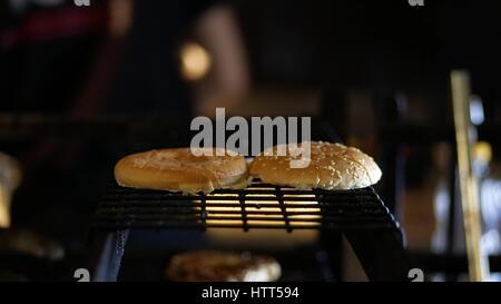 Cuisson sur le grill Burger à la cuisine restaurant Banque D'Images
