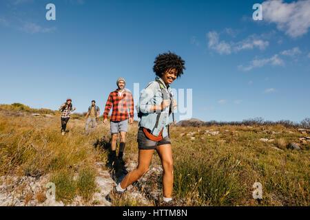 Groupe de jeunes l'occasion d'une randonnée dans la campagne ensemble. Jeunes amis de la randonnée dans la nature. Banque D'Images