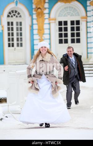 Caucasian bride groom de course sur sentier du parc d'hiver, senior couple having fun Banque D'Images
