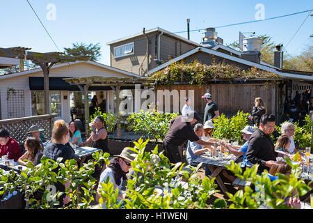 Vous pourrez dîner dans le patio extérieur à Parkside Restaurant à Stinson Beach, Californie, le 12 mars 2017. Le Banque D'Images