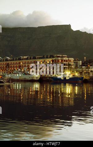 Front de Mer du cap, Table Mountain et l'hôtel Cape Grace au crépuscule, Cape Town Afrique du Sud Banque D'Images