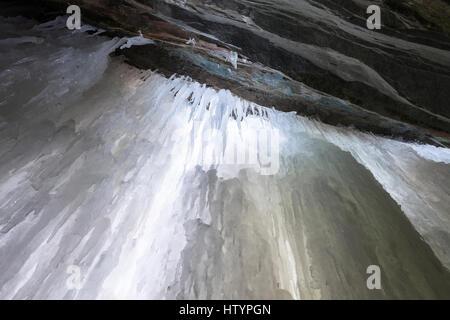 Jusqu'à à l'accumulation de glace à l'intérieur d'une grotte de glace formée par Buttermilk Falls au cours de l'hiver, Banque D'Images
