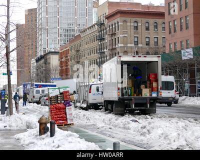 New York City, USA, 15 mars, 2017. Les New-Yorkais sur l'Upper Eastside travailler pour nettoyer et se remettre au travail comme d'habitude après le 14 mars blizzard connu comme 'Stella' fin à la plupart de la ville. Credit: Cécile Marion/Alamy Live News