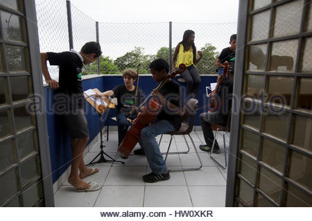 Une organisation sans but lucratif enseigne aux enfants à jouer une variété d'instruments à cordes ainsi que la Banque D'Images