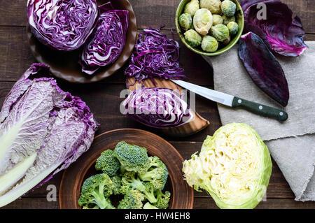 De nombreux types de choux rouges, brocoli, choux de Bruxelles, chou napa, blanc. Ingrédients pour la préparation Banque D'Images