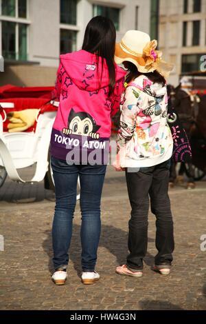 Deux femmes touristes asiatiques sont illustrés sur la rue Unter den Linden, dans le centre de Berlin le 30 septembre Banque D'Images