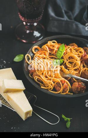 Spaghetti avec meatballas, basilic, parmesan en plaque noire Banque D'Images