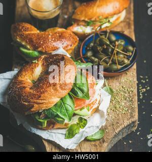Close-up de bagels, café expresso en verre et câpres Banque D'Images