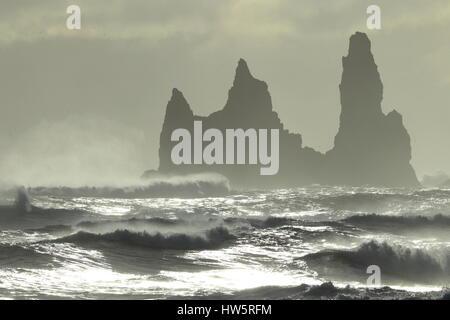Les piles de la mer de Reynisdrangar, Islande vagues se brisant sur Renisfjara plage en face de l'basaltiques de Banque D'Images