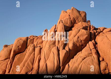 Italie, Sardaigne, Mer Tyrrhénienne, Arbatax, côte rocheuse sauvage, plage Rocce Rosse, porphyre rouge antique red Banque D'Images