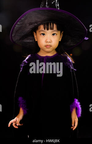 Peu asiatique Chinese Girl Wearing Costume Halloween isolé sur fond noir Banque D'Images