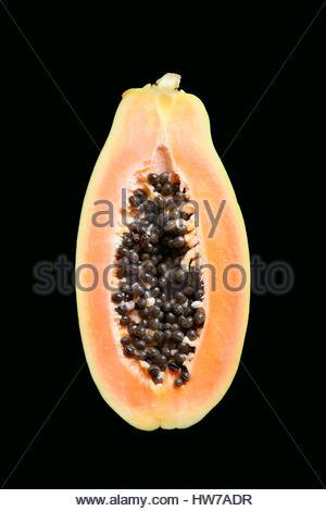 Couper la papaye fruits isolés sur fond noir Banque D'Images