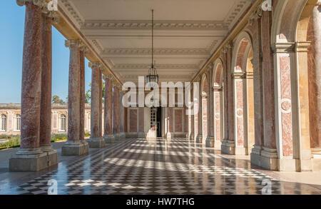 VERSAILLES, France- 5 octobre 2016: un couloir extérieur au Grand Trianon Palace. Banque D'Images