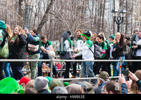 Moscou, Russie. Samedi 18 Mars, 2017. 25e jubilé Saint Patrick's Day Parade a lieu dans le parc Sokolniki de Moscou dans le cadre de la Semaine irlandaise festival 2017 du 15 au 26 mars. Le défilé est un événement culturel populaire et joyeuse à Moscou. L'Église orthodoxe russe (ROC) a reconnu Saint Patric récemment et à partir de maintenant sur ROC célébrera le jour de Saint Patrick officiellement. Clubs de sports irlandais de Moscou à pied le long de la plate-forme surélevée de la parade jouer avec des balles de football et accueillir spectateurs. © Alex's Pictures/Alamy Live News