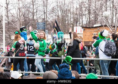 Moscou, Russie. Samedi 18 Mars, 2017. 25e jubilé Saint Patrick's Day Parade a lieu dans le parc Sokolniki de Moscou dans le cadre de la Semaine irlandaise festival 2017 du 15 au 26 mars. Le défilé est un événement culturel populaire et joyeuse à Moscou. L'Église orthodoxe russe (ROC) a reconnu Saint Patric récemment et à partir de maintenant sur ROC célébrera le jour de Saint Patrick officiellement. Clubs de sports irlandais de Moscou à pied le long de la plate-forme surélevée de la parade jouer avec des balles de football et accueillir spectateurs.© Photos d'Alex/Alamy Live News