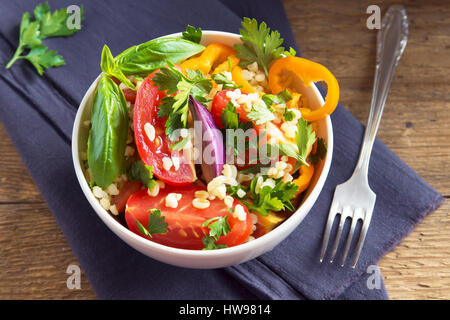 Produits bio frais et tomates Salade de taboulé de boulgour couscous aux légumes et les verts - régime végétalien Banque D'Images