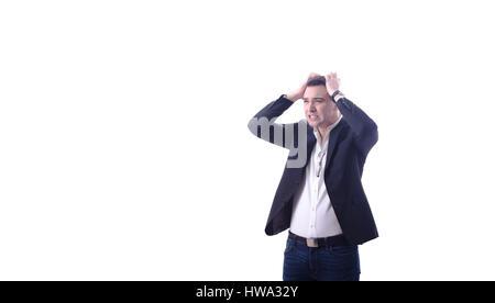 Les jeunes en colère épuisé occupé business man holding sa tête, fond blanc Banque D'Images