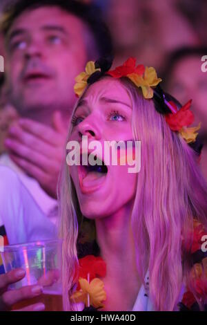 Berlin, Allemagne, Juillet 8th, 2014: Fans watch jeu FIFA Worldcup Germany v Brésil sur grand écran. Banque D'Images