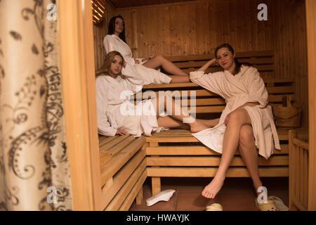 Un groupe de jeunes belles femmes jouit de vous détendre au sauna dans le spa moderne de coiffure Banque D'Images