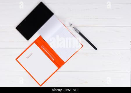 Ouvrez la page vierge d'un journal d'orange avec un stylo pour prendre des rendez-vous, l'organisation d'un calendrier Banque D'Images