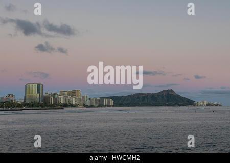 Vue de la Tête du Diamant et de l'Ala Monana Waikiki beach park. Banque D'Images
