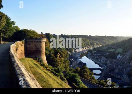 France, Cotes d'Armor, Dinan, vue panoramique depuis les murs du château, vue sur le port de Dinan et la Rance Banque D'Images