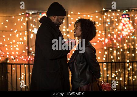 Couple romantique remise des cadeaux de Noël la nuit, New York, USA Banque D'Images
