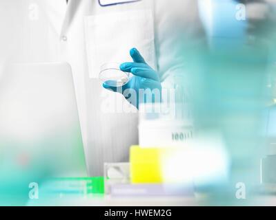 Essai clinique, médecin de la préparation de médicaments pour un essai médical Banque D'Images
