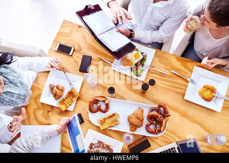 Vue aérienne de l'équipe commerciale après avoir déjeuner au restaurant Banque D'Images