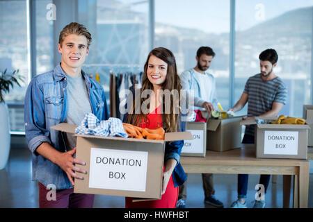 L'équipe entreprises créatrices de vêtements tri donation box