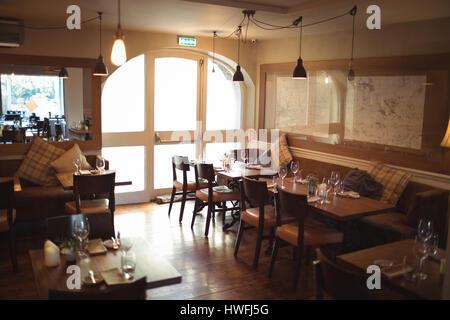 Des tables et des chaises disposées en café moderne vide Banque D'Images