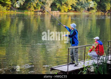 Deux pêcheurs pêcher debout sur le pont Banque D'Images