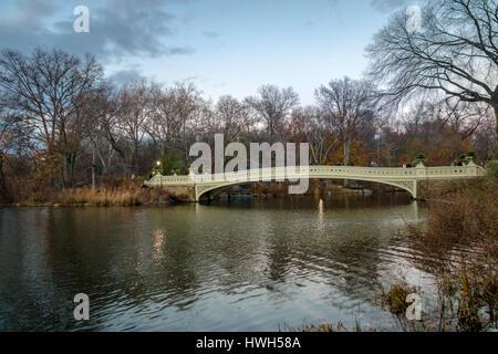 Le Bow Bridge dans Central Park - New York, USA Banque D'Images