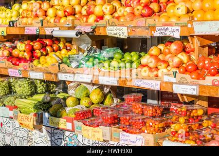 Rayons d'épicerie de fruits à l'extérieur. Banque D'Images