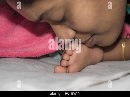 Mère embrassant Bébé et réconfortant Banque D'Images