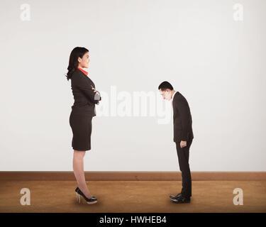 Faire un big boss à la domination d'un petit homme. Concept Harrasment Banque D'Images