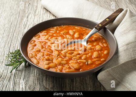 Ragoût de haricots blancs avec des épices sur la table en bois Banque D'Images