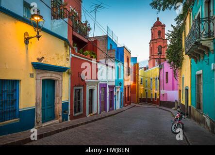 Moto sur une rue pittoresque dans le centre historique de Guanajuato, Mexique ------ Guanajuato est une ville et Banque D'Images
